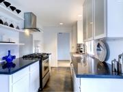 Zweizeilige Küche mit blauen Highlights