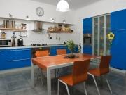 L-förmigen Einbauküche mit blauen Hochglanzfronten
