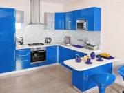 Moderne blaue Einbauküche mit praktischer Küchenhalbinsel