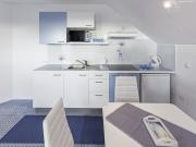 Erweiterte Singleküche mit blauen Highlights