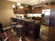 Luxuriöse Echtholzküche mit Esstresen
