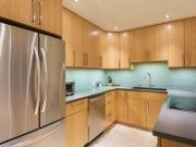 Moderne Echtholzeinbauküche in U-Form