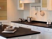 Weiße Echtholzküche mit Kücheninsel