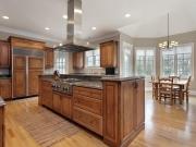 Echtholzküche im Landhausstil mit Kücheninsel