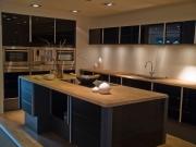 Moderne L-Förmige Edelstahlküche mit komfortabler großer Kücheninsel