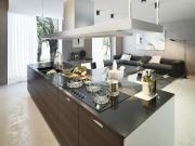 Einzeilige Einbauküche mit Kücheninsel