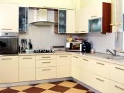 Klassische cremefarbene Einbauküche
