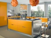 Gelbe Edelstahlküche im Einbauküchenstil