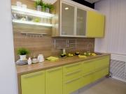Helle Küchenzeile in Holzoptik mit gelben Fronten