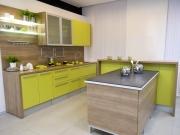 Moderne Einbauküche mit Kücheninsel und Sideboard