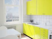 Kleine einzeilige Küche mit gelben Hochglanzfronten