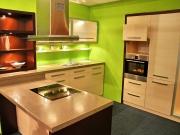 Hochwertige Holzküche mit stilvollen grünen Akzenten
