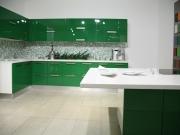 Zweizeilige Küche mit grünen Hochglanzfronten