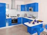 Moderne blaue Hochglanzküche mit Küchenhalbinsel