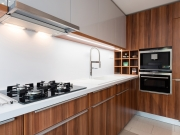 L-Förmige Küche mit Hochglanzfronten in Holzoptik