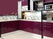 L-Förmige Hochglanzküche in Pink
