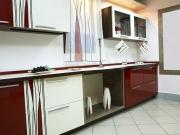 Einzeilige Küche mit dunkelroten Hochglanzfronten