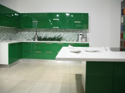 Klassische zweizeilige Küche mit grünen Hochglanzfronten
