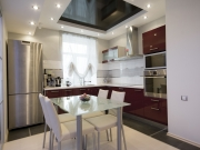 Stilvolle offene Küche mit Hochglanzfronten