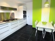 Einzeilige Wohnküche mit weißen Lackfronten