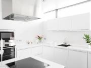 Weiße Traumküche mit hochwertigen Lackfronten