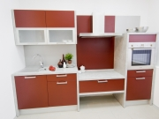 Erweiterte Singleküche mit roten Fronten