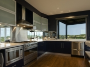Stilvolle U-Formküche mit hochwertigen blauen Fronten
