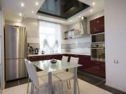 Offene Küche mit Essbereich und roten Fronten