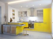 Gelbe Traumküche mit kleiner Küchenhalbinsel