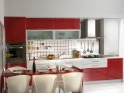 Offene Wohnküche in rot mit Essbereich