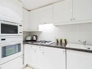 Klassische Einbauküche mit weißen Fronten