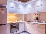 Wohnliche L-Formküche mit Acrylfronten