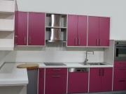 Moderne Einbauküche mit violetten Acrylfronten