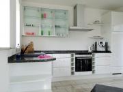 L-Förmige Küche mit weißen Fronten
