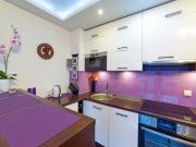 Designküche mit Fronten in Holzoptik