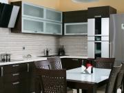Elegante L-Formküche mit Fronten in Holzoptik