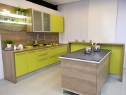 Gelbe Einbauküche mit Fronten in Holzoptik