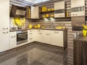 Moderne Einbauküche mit Fronten in Holzoptik