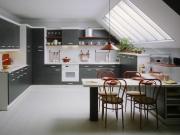 Blaue Einbauküche mit Küchenhalbinsel