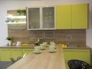 Gelbe Einbauküche mit Küchenhalbinsel