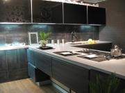 Dunkle Luxusküche mit Küchenhalbinsel