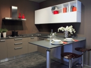 Dunkle Küche mit Küchenhalbinsel