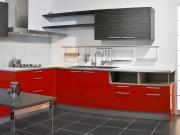 Rote Küche mit Küchenhalbinsel