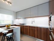 Küche mit Küchenhalbinsel und Holzfronten