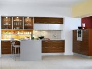 Klassische einzeilige Küche mit Küchenhalbinsel