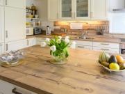 Landhausstilküche mit Kücheninsel