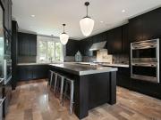 Schwarze Landhausstilküche mit Kücheninsel