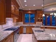 Luxuriöse Echtholzküche mit Kücheninsel