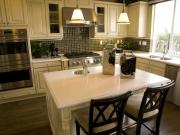 Weiße Landhausküche mit Kücheninsel