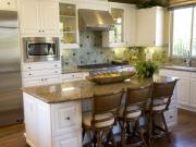 Helle Landhausstilküche mit Kücheninsel
